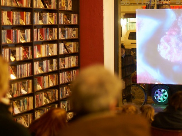Doppelseitiges Kurzfilmkino to sit & to go in der Filmgalerie Phase IV Dresden